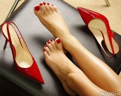раб целует ножки с красным педикюром фото